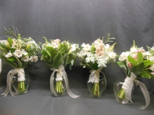 picture of bridesmaids boquets